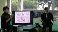 右が阿部先生、左は「ろう通訳」の森田教頭(聴者の手話通訳をろう者の手話に替えて伝えます)
