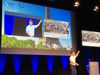 パリで行われた世界ろう者会議で発表する森田